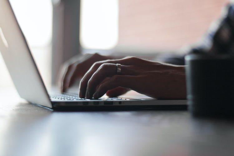 Om de afaceri calculand pe laptop